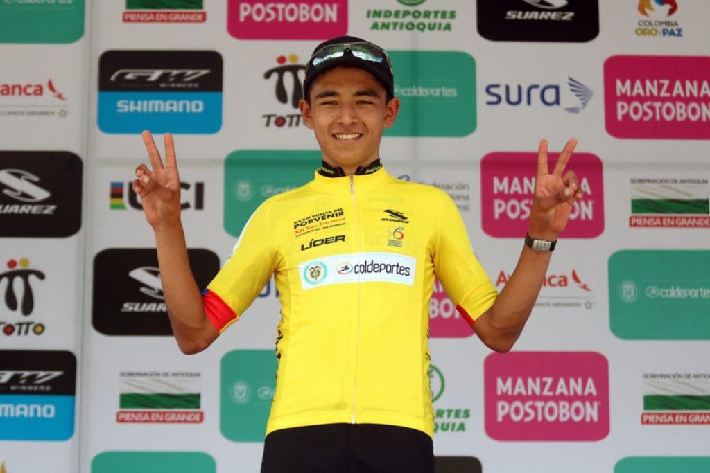 VĐV xe đạp nhầm lẫn, ăn mừng khi cuộc đua vẫn còn một vòng - Ảnh 2.