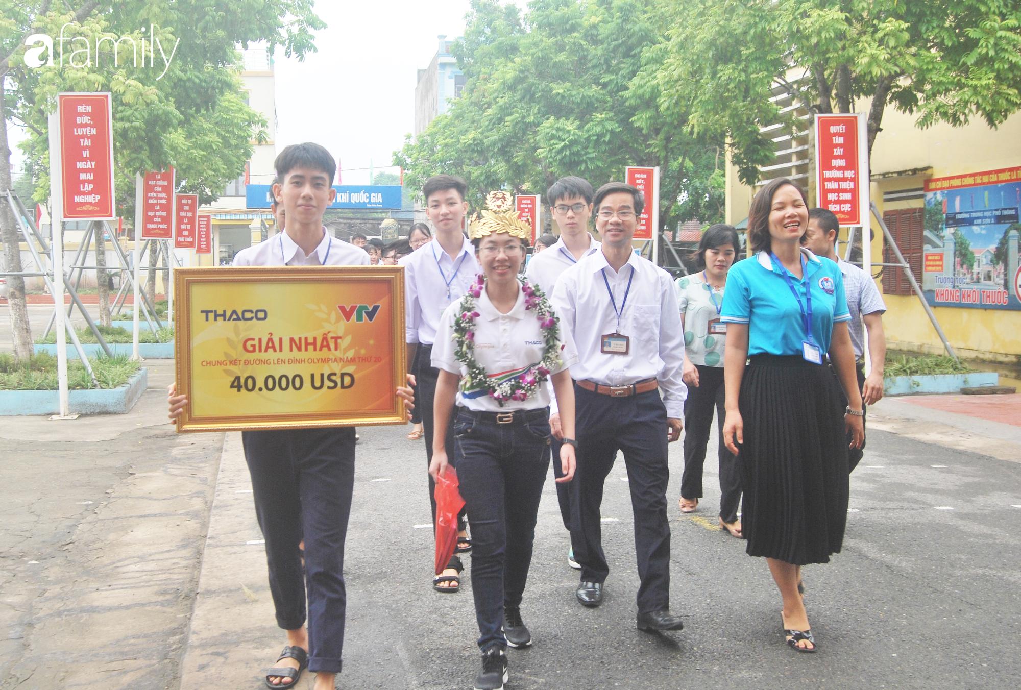 Nữ sinh được lãnh đao nhà trường cùng bạn bè đón trở lại trường