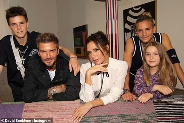Cả nhà Beckham diện đồ cùng tone nhưng Harper lại chiếm trọn spotlight với bộ đầm hoa hòe bánh bèo - Ảnh 4.