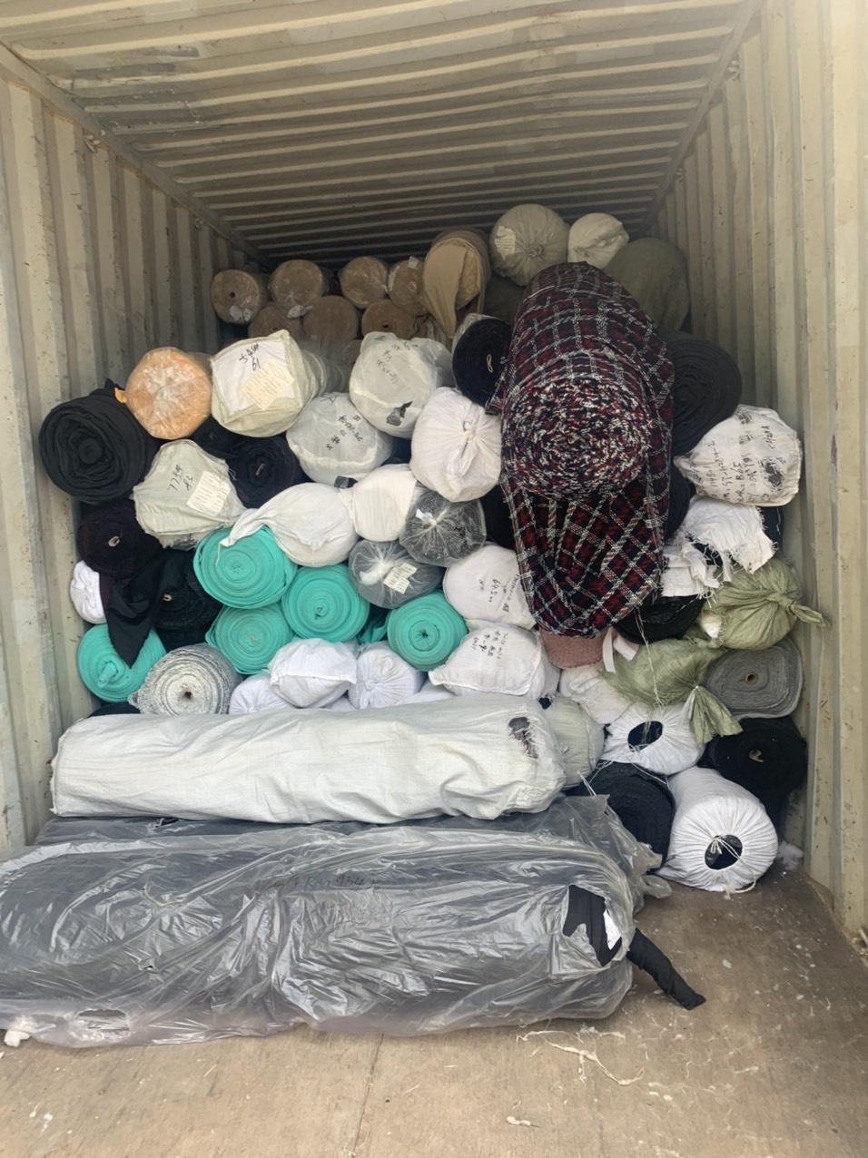 Phát hiện kho hàng chứa hơn 80 tấn vải cuộn không rõ nguồn gốc xuất xứ - Ảnh 1.