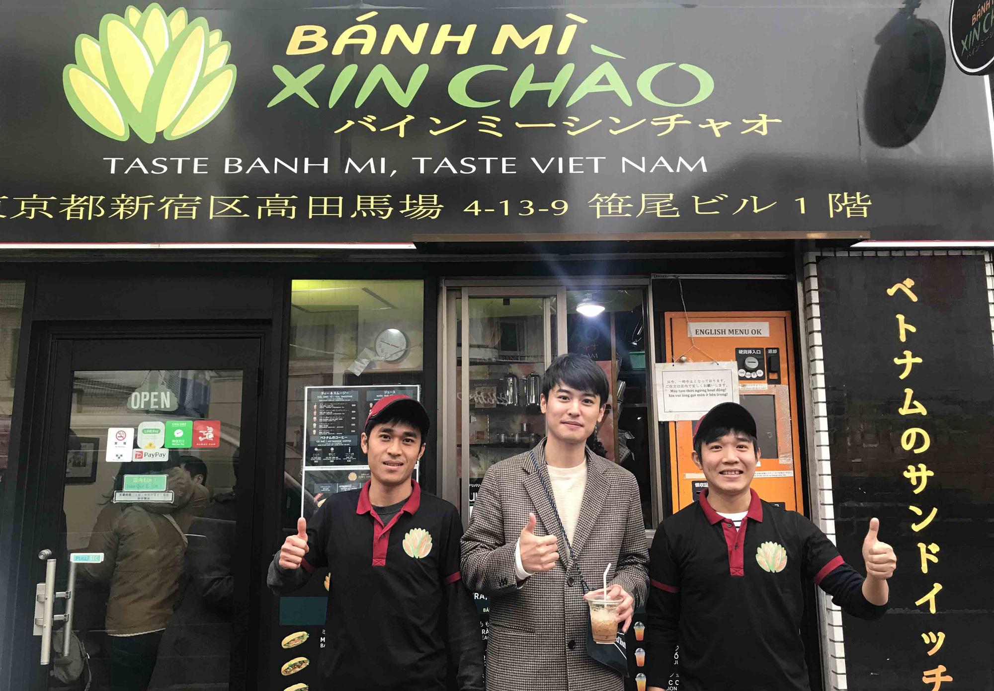 Tiệm bánh mì Việt Nam của hai anh em du học sinh trên tại Nhật Bản, giá đến hơn trăm nghìn/ổ vẫn đông nghịt khách đến - Ảnh 1.