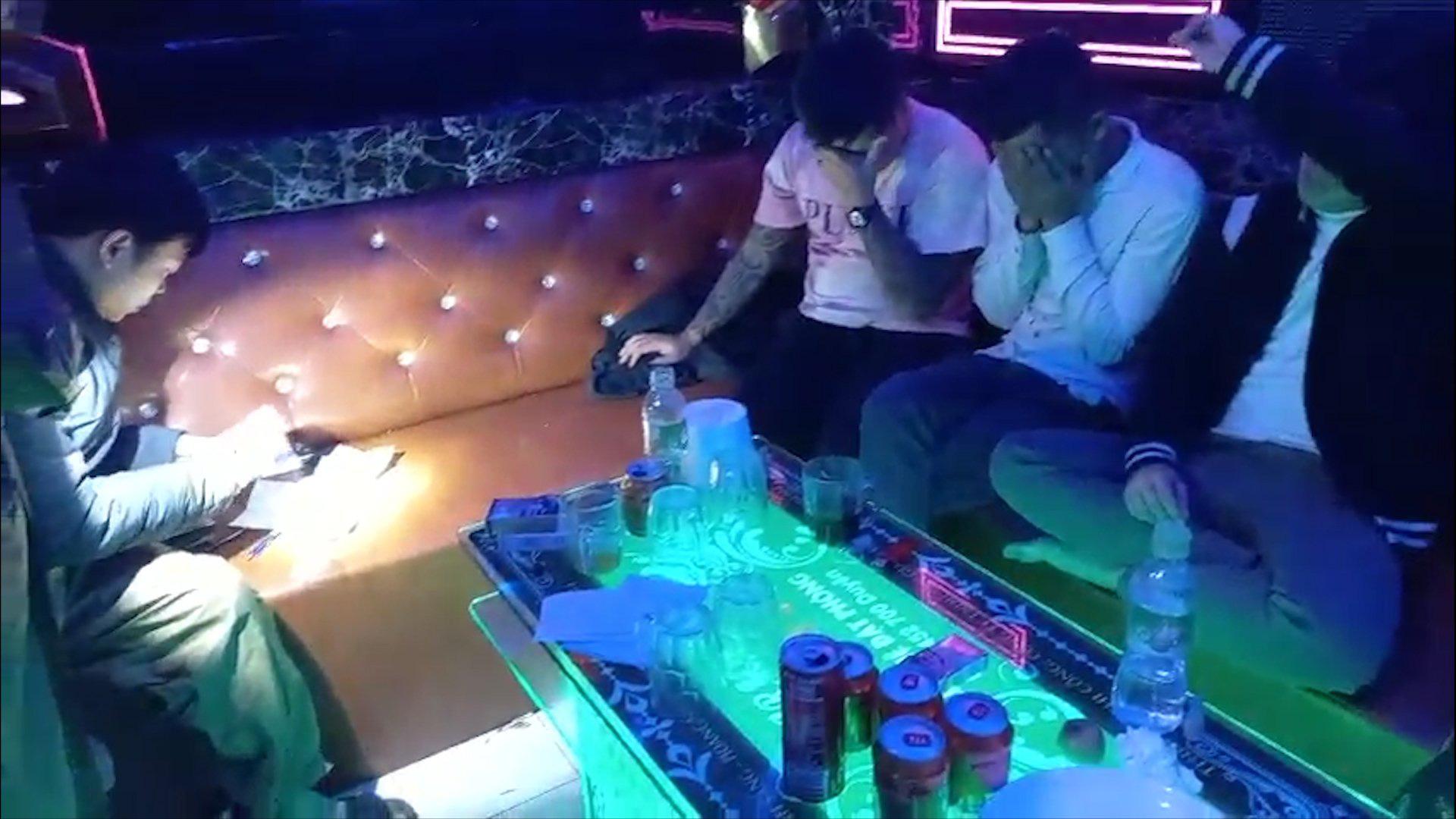 Kiểm tra quán Karaoke, phát hiện 16 đối tượng dương tính ma túy - Ảnh 1.