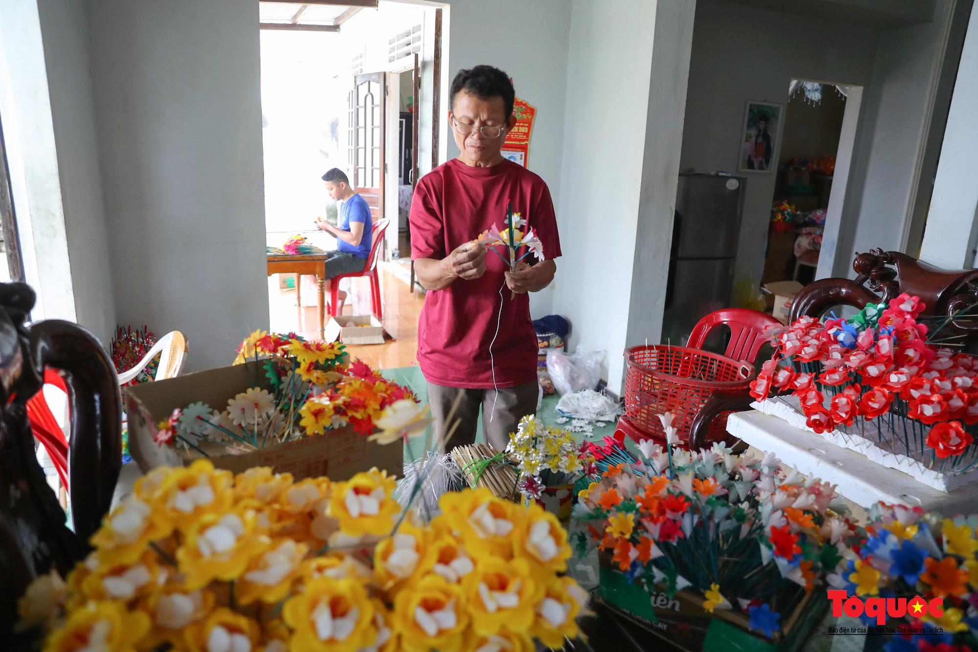 Rực rỡ sắc màu hoa Tết tại làng nghề hoa giấy hơn 300 tuổi - Ảnh 6.