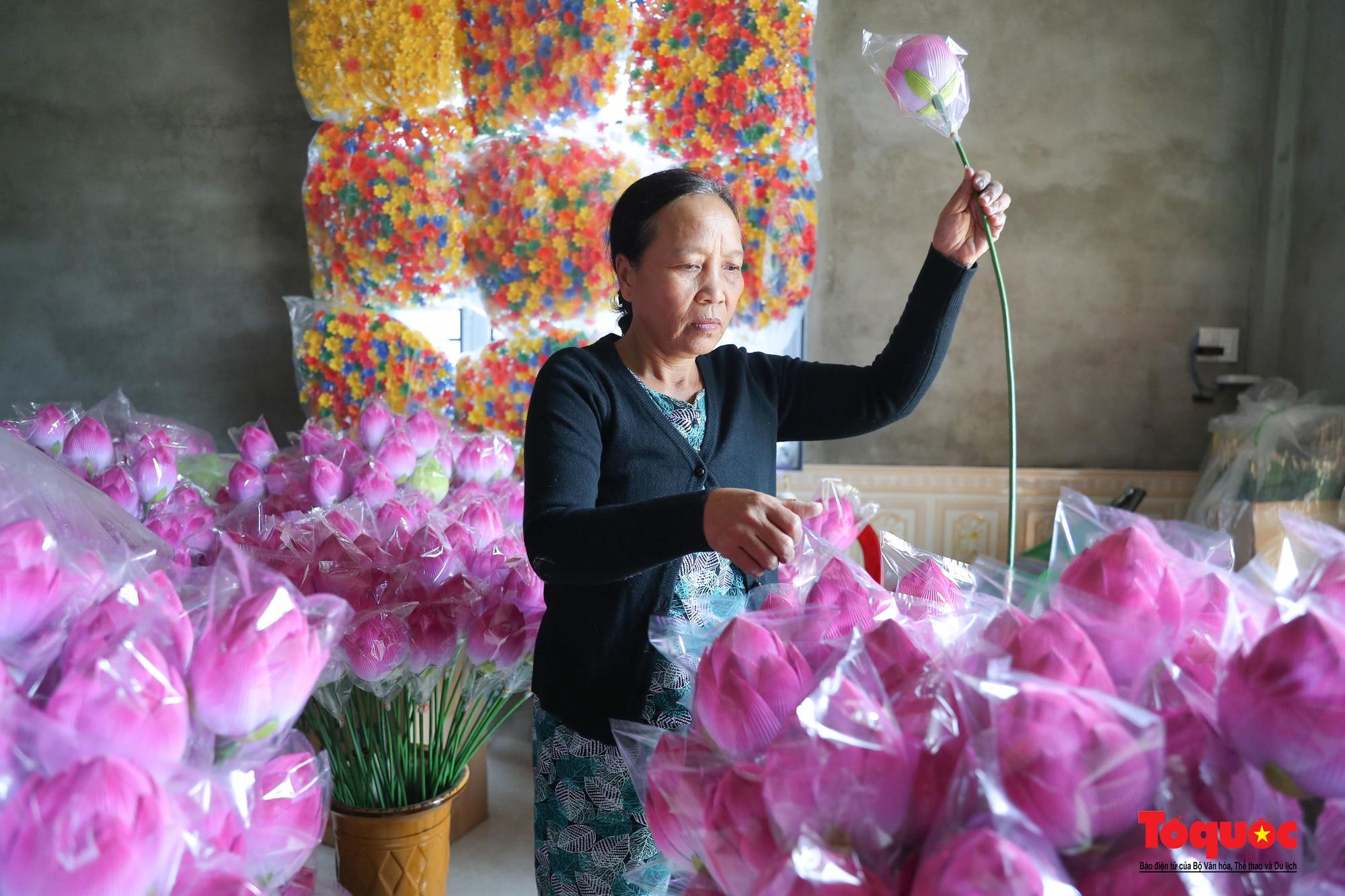 Rực rỡ sắc màu hoa Tết tại làng nghề hoa giấy hơn 300 tuổi - Ảnh 12.