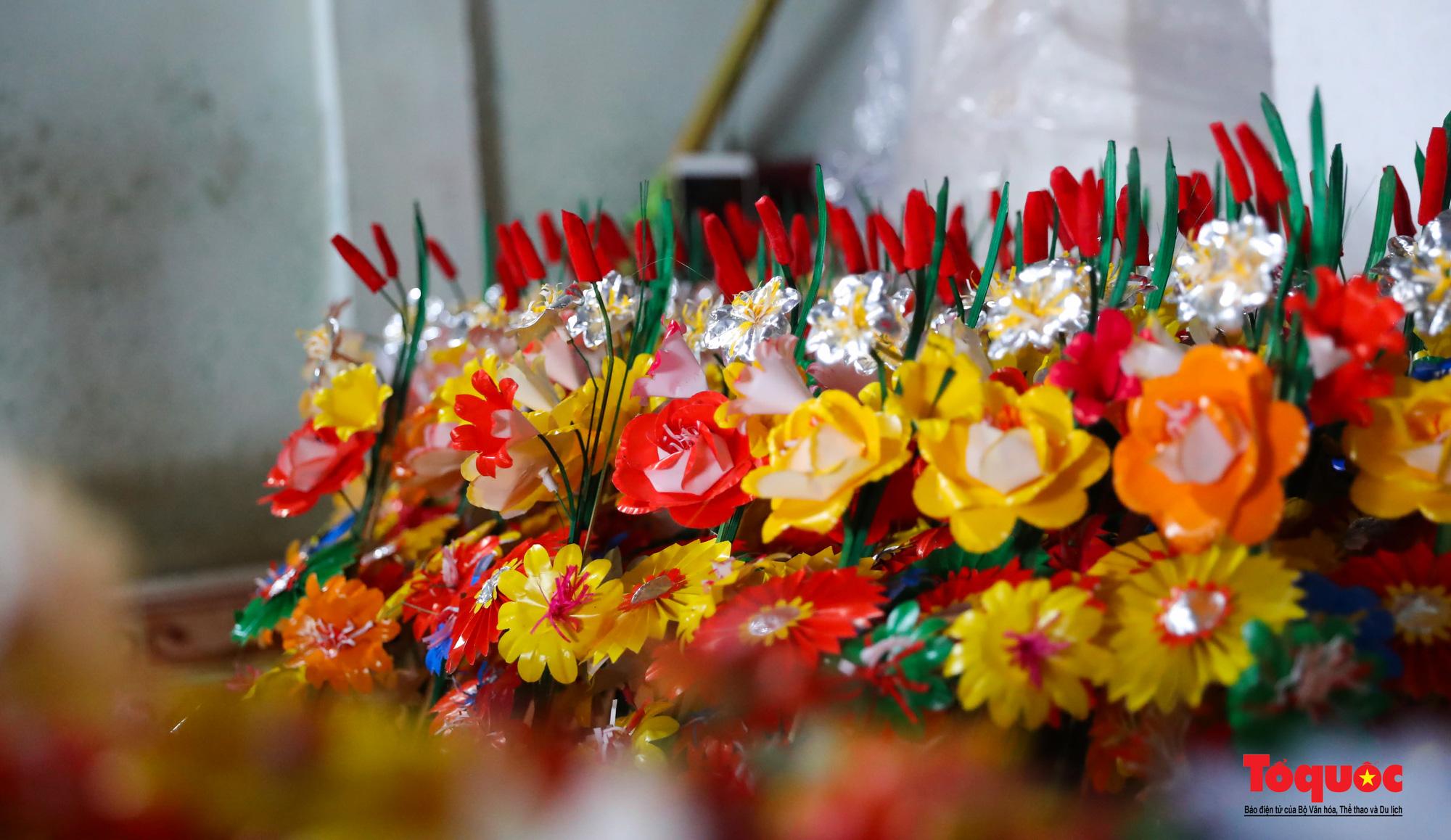 Rực rỡ sắc màu hoa Tết tại làng nghề hoa giấy hơn 300 tuổi - Ảnh 4.