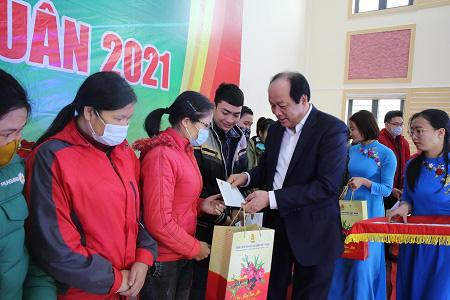 Bộ trưởng, Chủ nhiệm VPCP Mai Tiến Dũng tặng quà Tết công nhân Hà Nam - Ảnh 1.