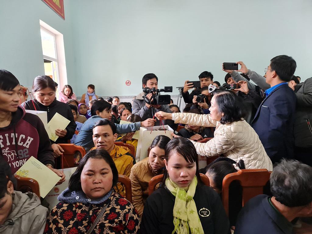 Trưởng ban Dân vận Trung ương Trương Thị Mai thăm và tặng quà người dân Trà Leng - Ảnh 2.
