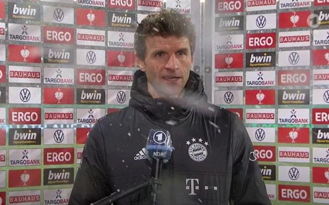 Thomas Muller trút giận lên nữ phóng viên sau thất bại muối mặt của Bayern Munich - Ảnh 1.