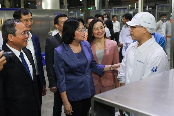 Phó Chủ tịch nước thăm hỏi, động viên công nhân nhà máy sữa trong những ngày trước tết - Ảnh 2.