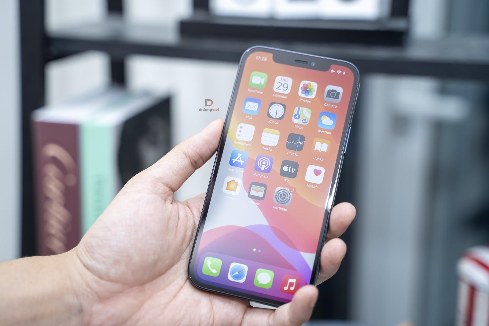 iPhone 12 giảm hơn 5 triệu, tặng thêm sạc nhanh 20W làm nóng thị trường dịp cuối năm - Ảnh 2.