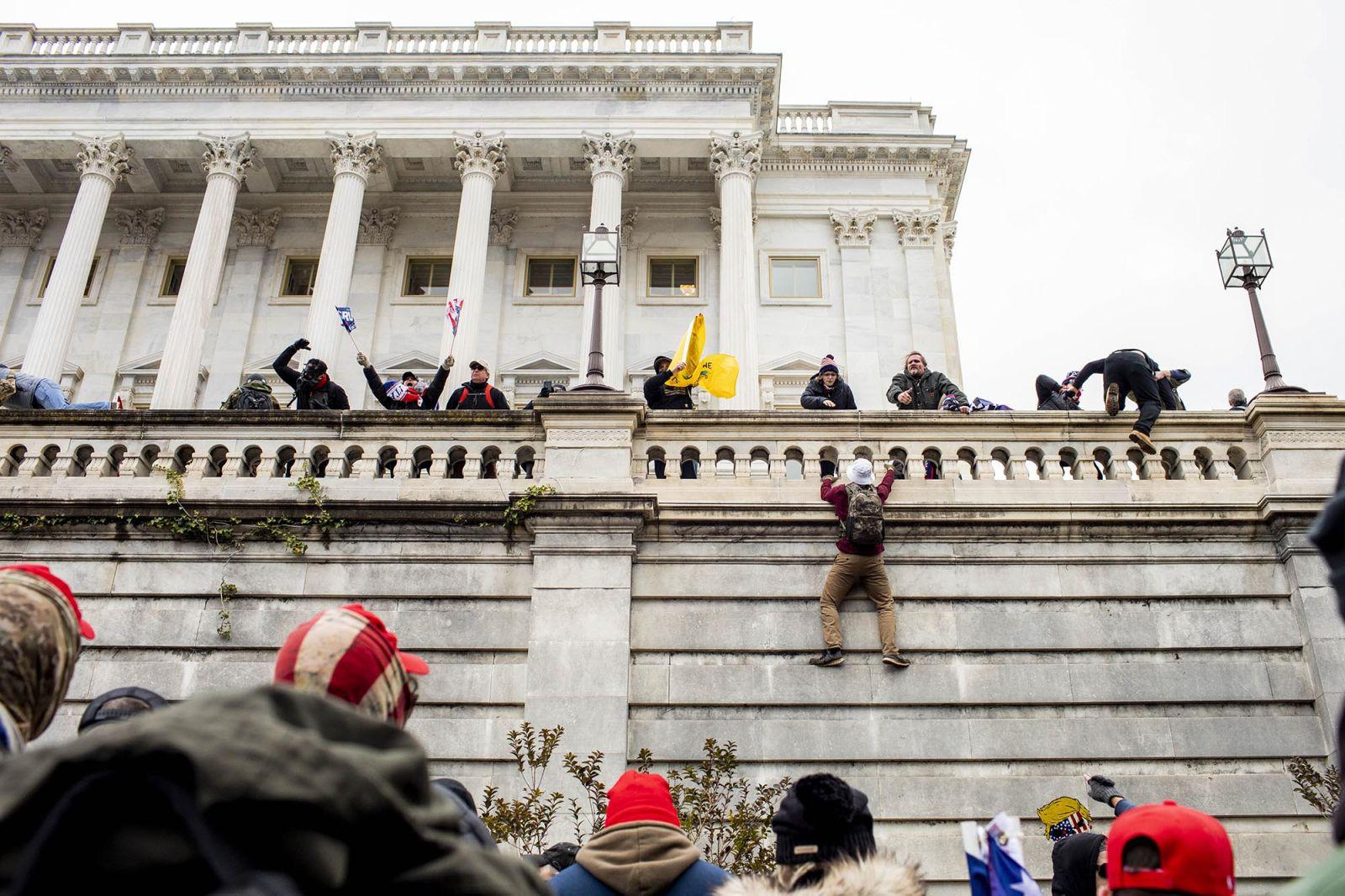 """(Chùm ảnh) Toàn cảnh người biểu tình """"chiếm cứ"""" tòa nhà Quốc hội trong một ngày hoảng loạn cho nước Mỹ - Ảnh 4."""