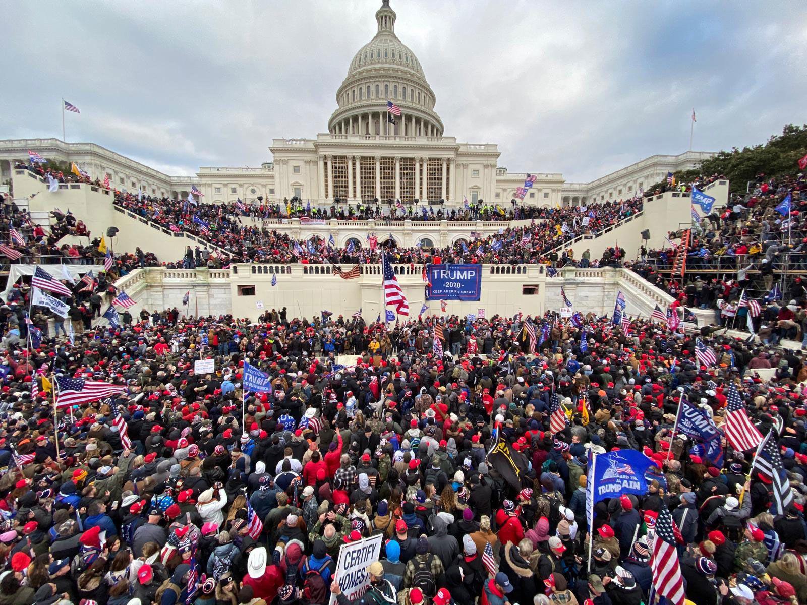 """(Chùm ảnh) Toàn cảnh người biểu tình """"chiếm cứ"""" tòa nhà Quốc hội trong một ngày hoảng loạn cho nước Mỹ - Ảnh 1."""