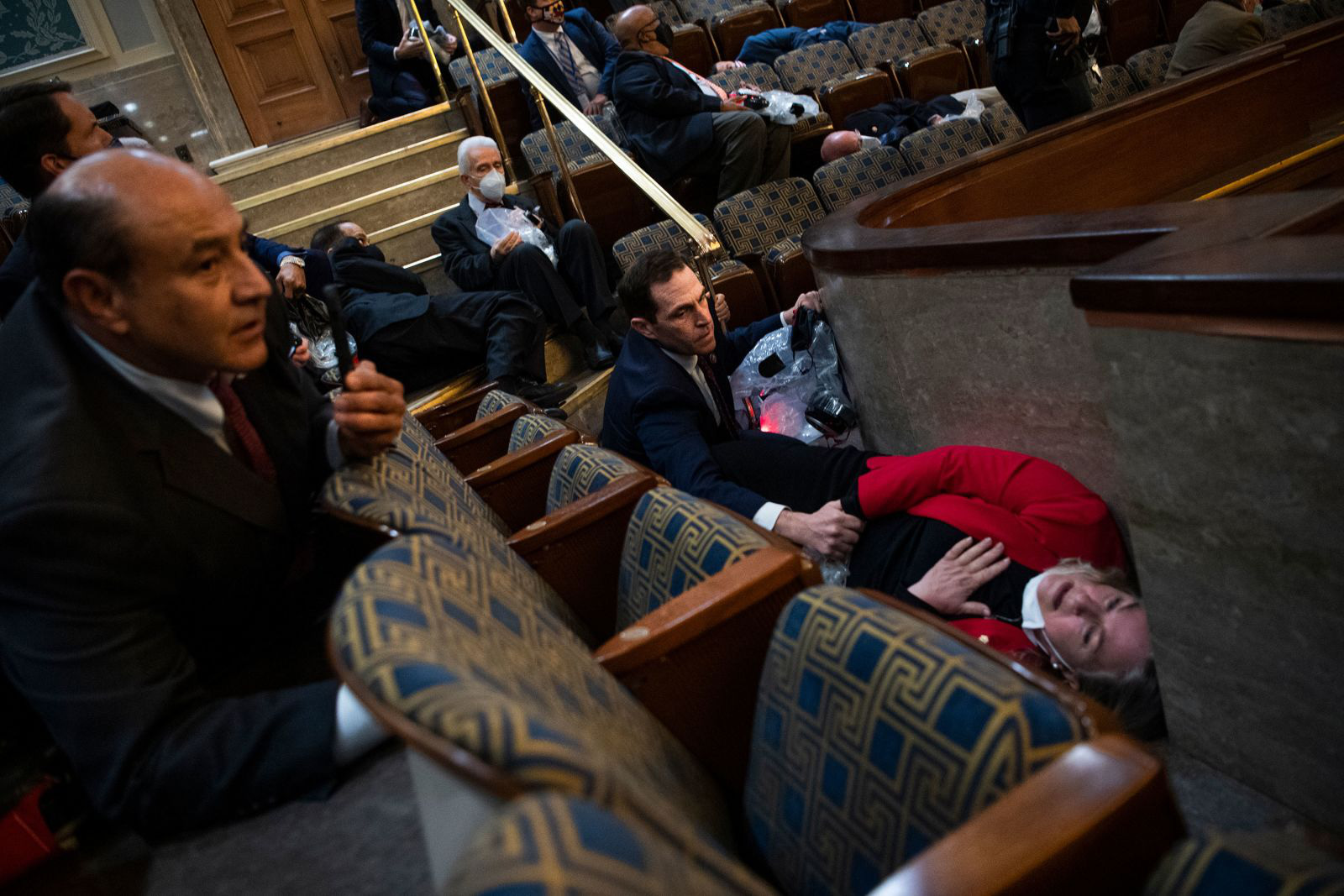 """(Chùm ảnh) Toàn cảnh người biểu tình """"chiếm cứ"""" tòa nhà Quốc hội trong một ngày hoảng loạn cho nước Mỹ - Ảnh 6."""