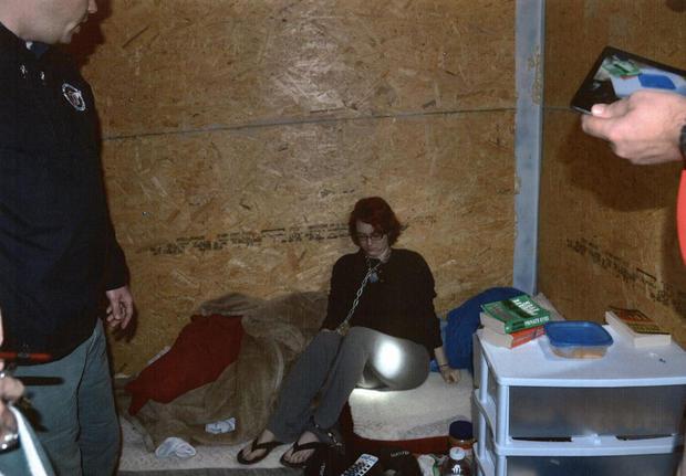 Người phụ nữ bị xích trói và cưỡng bức trong container suốt 2 tháng trời, sau khi được giải cứu cuộc sống hiện tại còn ám ảnh hơn - Ảnh 1.