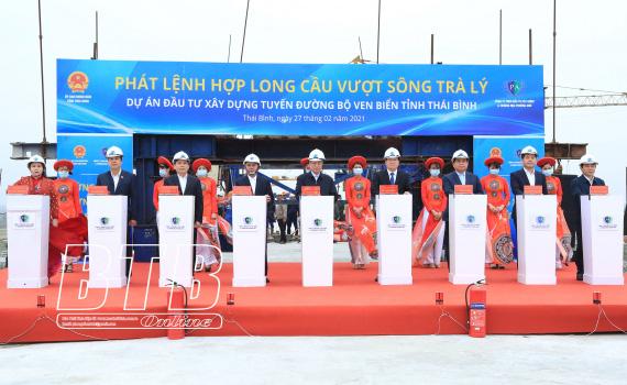 Hợp long cầu vượt sông Trà Lý trên tuyến đường bộ ven biển tỉnh Thái Bình - Ảnh 1.