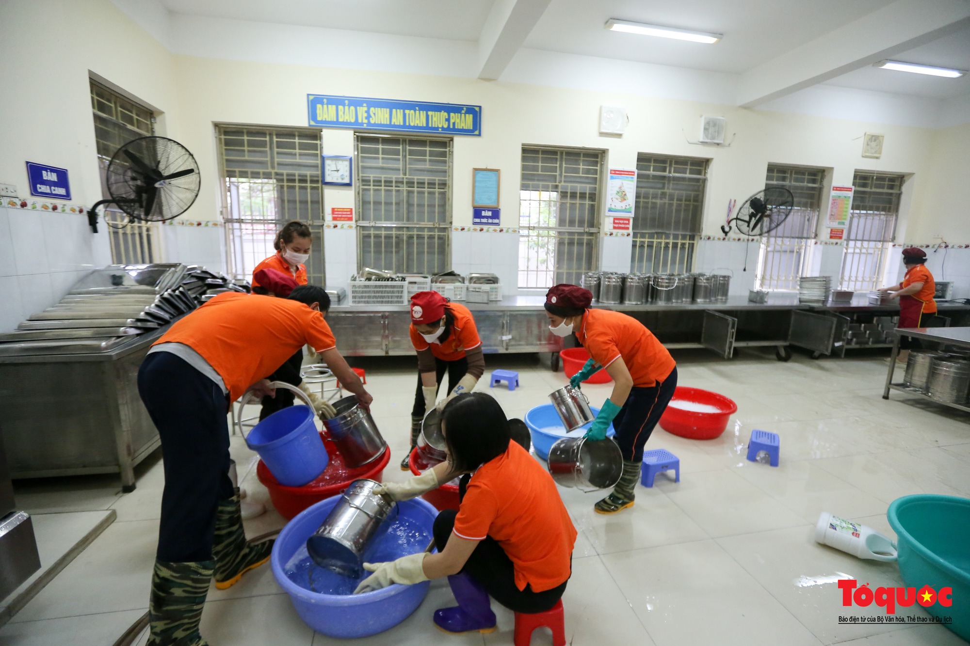 Hà Nội: Các trường học tổng vệ sinh, xây dựng phương án đón học sinh trở lại trường - Ảnh 3.
