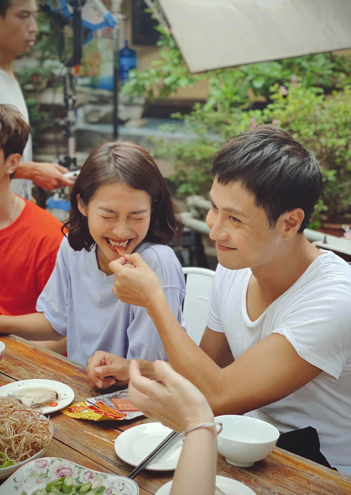 11 tháng 5 ngày: Khả Ngân tình tứ bón cho Thanh Sơn ăn trong hậu trường, bảo sao fan không đẩy thuyền - Ảnh 6.