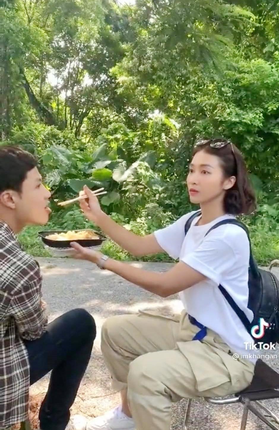 11 tháng 5 ngày: Khả Ngân tình tứ bón cho Thanh Sơn ăn trong hậu trường, bảo sao fan không đẩy thuyền - Ảnh 3.