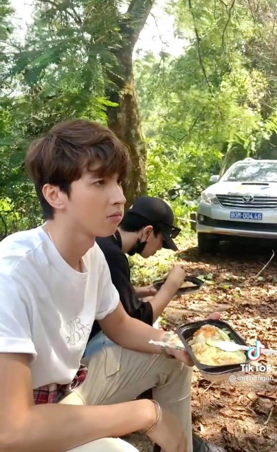 11 tháng 5 ngày: Khả Ngân tình tứ bón cho Thanh Sơn ăn trong hậu trường, bảo sao fan không đẩy thuyền - Ảnh 4.