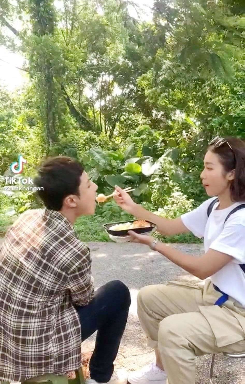 11 tháng 5 ngày: Khả Ngân tình tứ bón cho Thanh Sơn ăn trong hậu trường, bảo sao fan không đẩy thuyền - Ảnh 2.