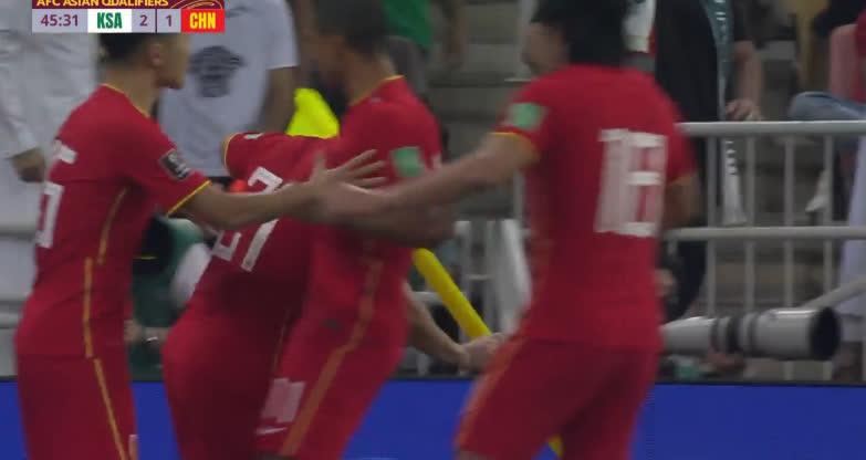 Aloisio (21) ghi bàn rút ngắn tỉ số cho Trung Quốc