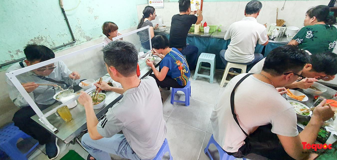 Người Hà Nội dạy sớm thưởng thức đặc sản thủ đô ngay khi hàng quán được bán hàng tại chỗ - Ảnh 5.