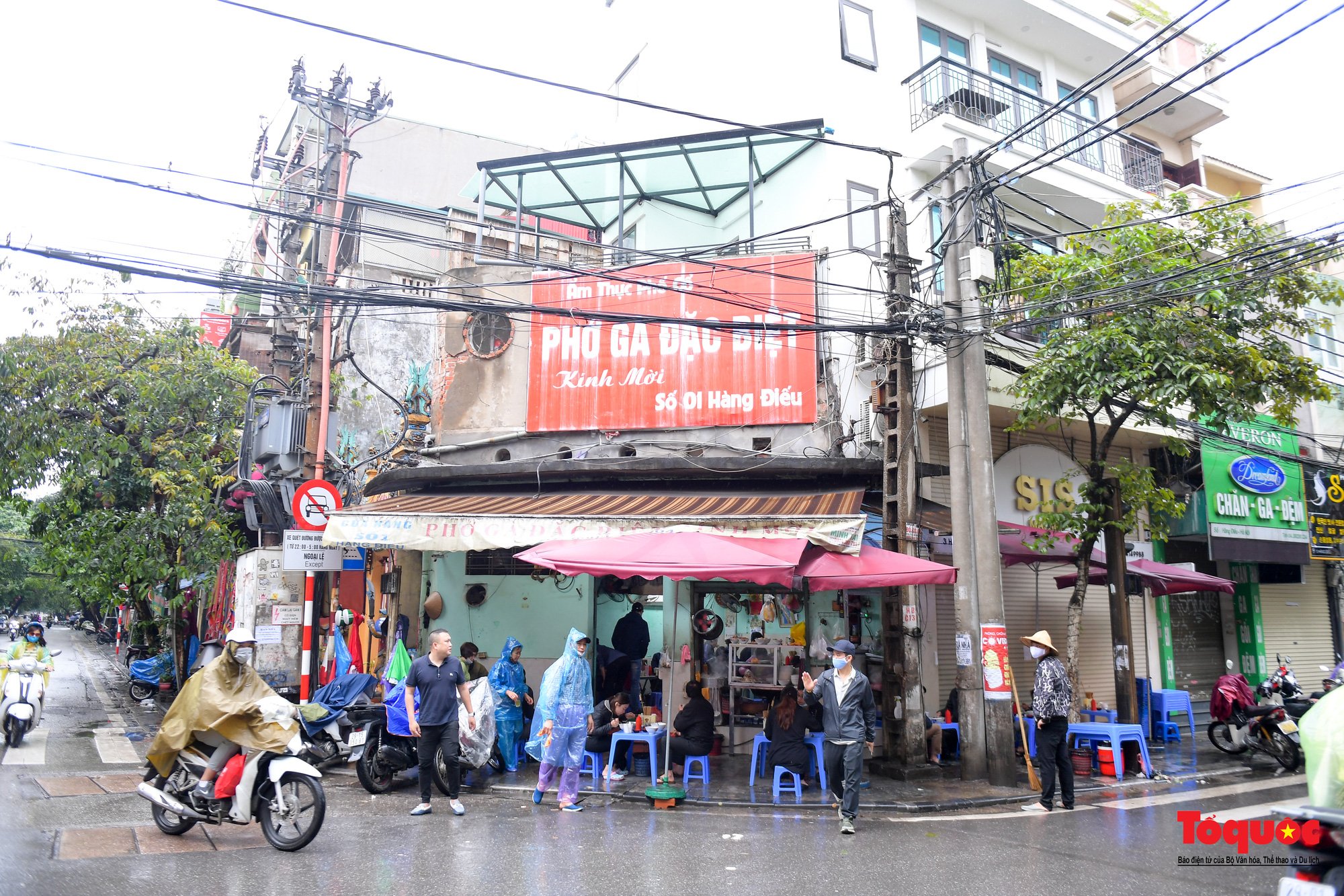 Người Hà Nội dạy sớm thưởng thức đặc sản thủ đô ngay khi hàng quán được bán hàng tại chỗ - Ảnh 14.