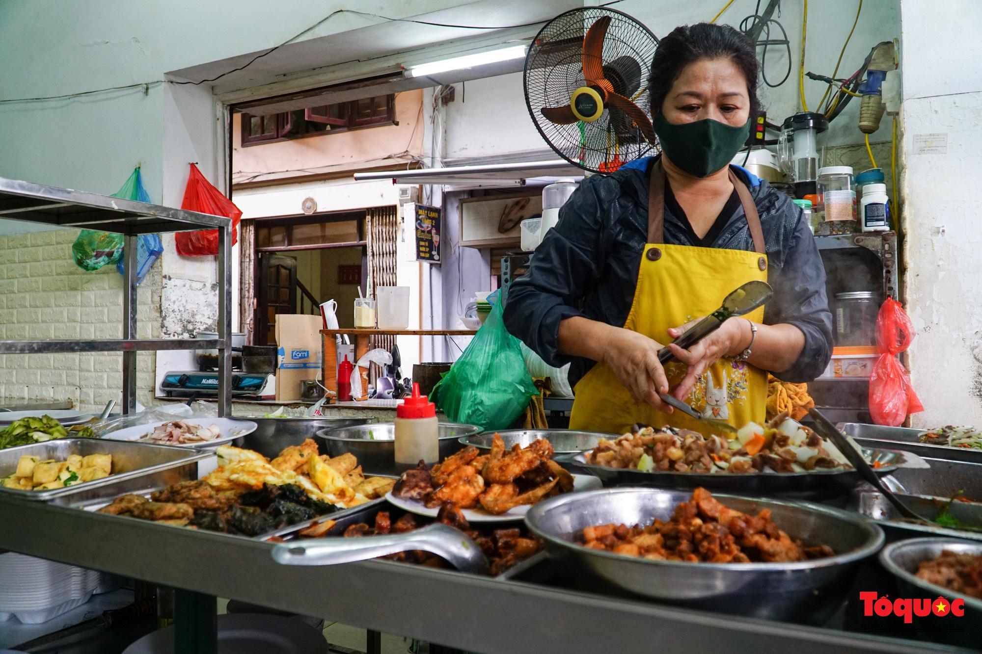 Người Hà Nội dạy sớm thưởng thức đặc sản thủ đô ngay khi hàng quán được bán hàng tại chỗ - Ảnh 11.