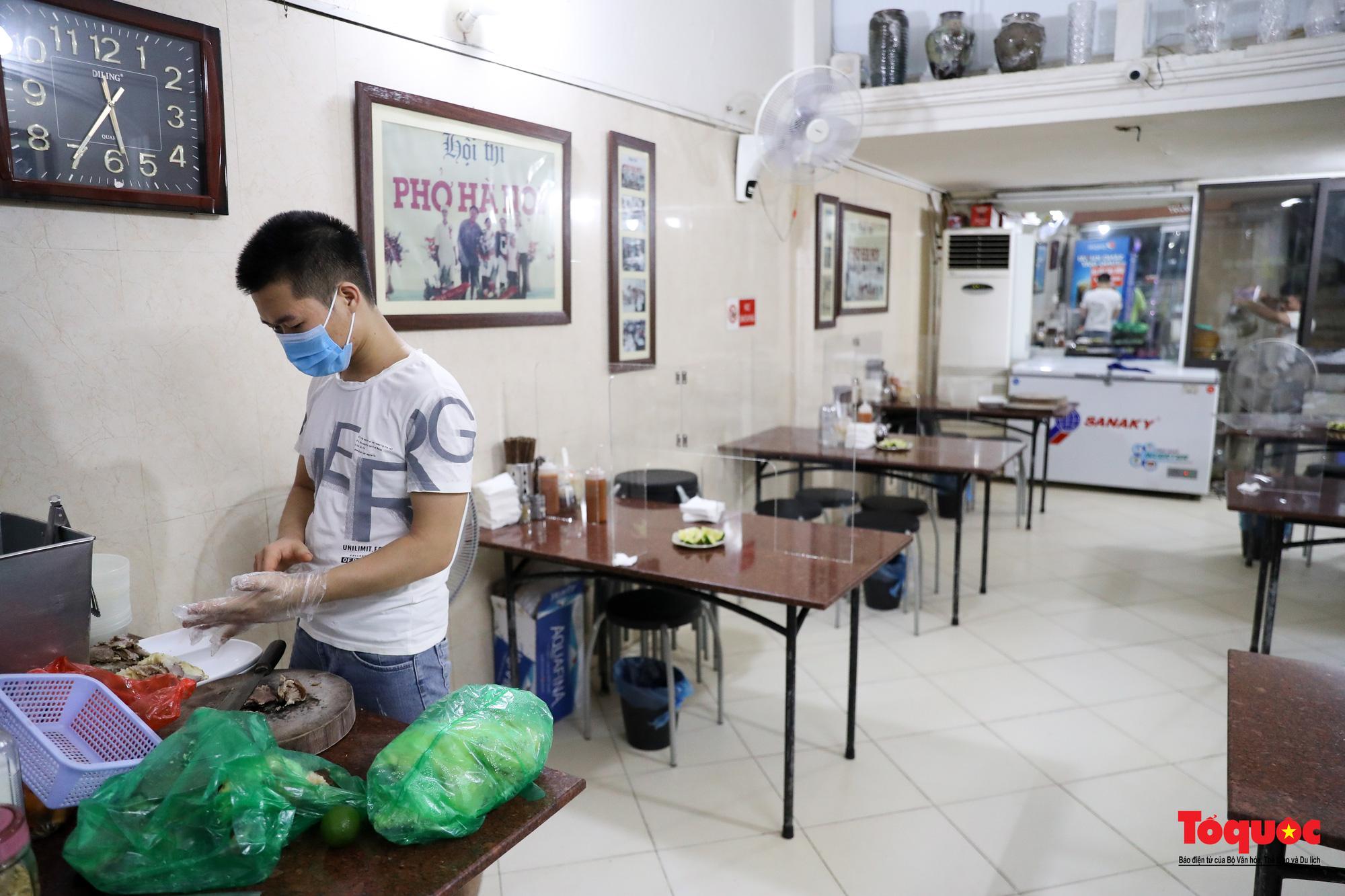 Người Hà Nội dạy sớm thưởng thức đặc sản thủ đô ngay khi hàng quán được bán hàng tại chỗ - Ảnh 6.