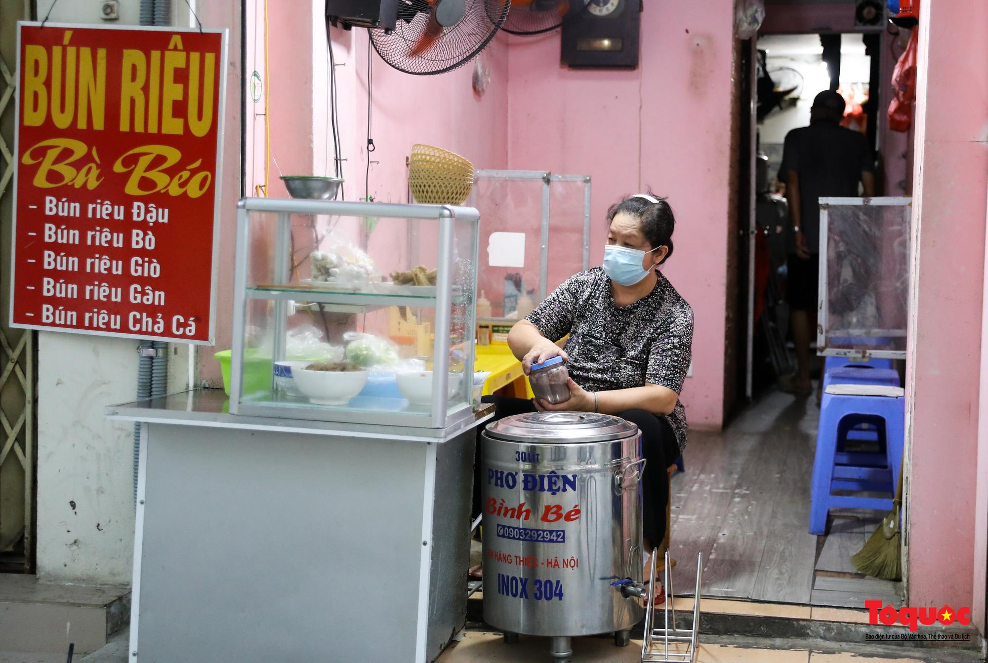 Người Hà Nội dạy sớm thưởng thức đặc sản thủ đô ngay khi hàng quán được bán hàng tại chỗ - Ảnh 10.