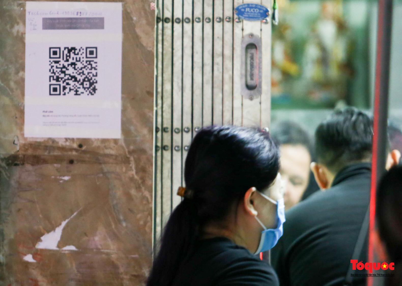 Người Hà Nội dạy sớm thưởng thức đặc sản thủ đô ngay khi hàng quán được bán hàng tại chỗ - Ảnh 16.