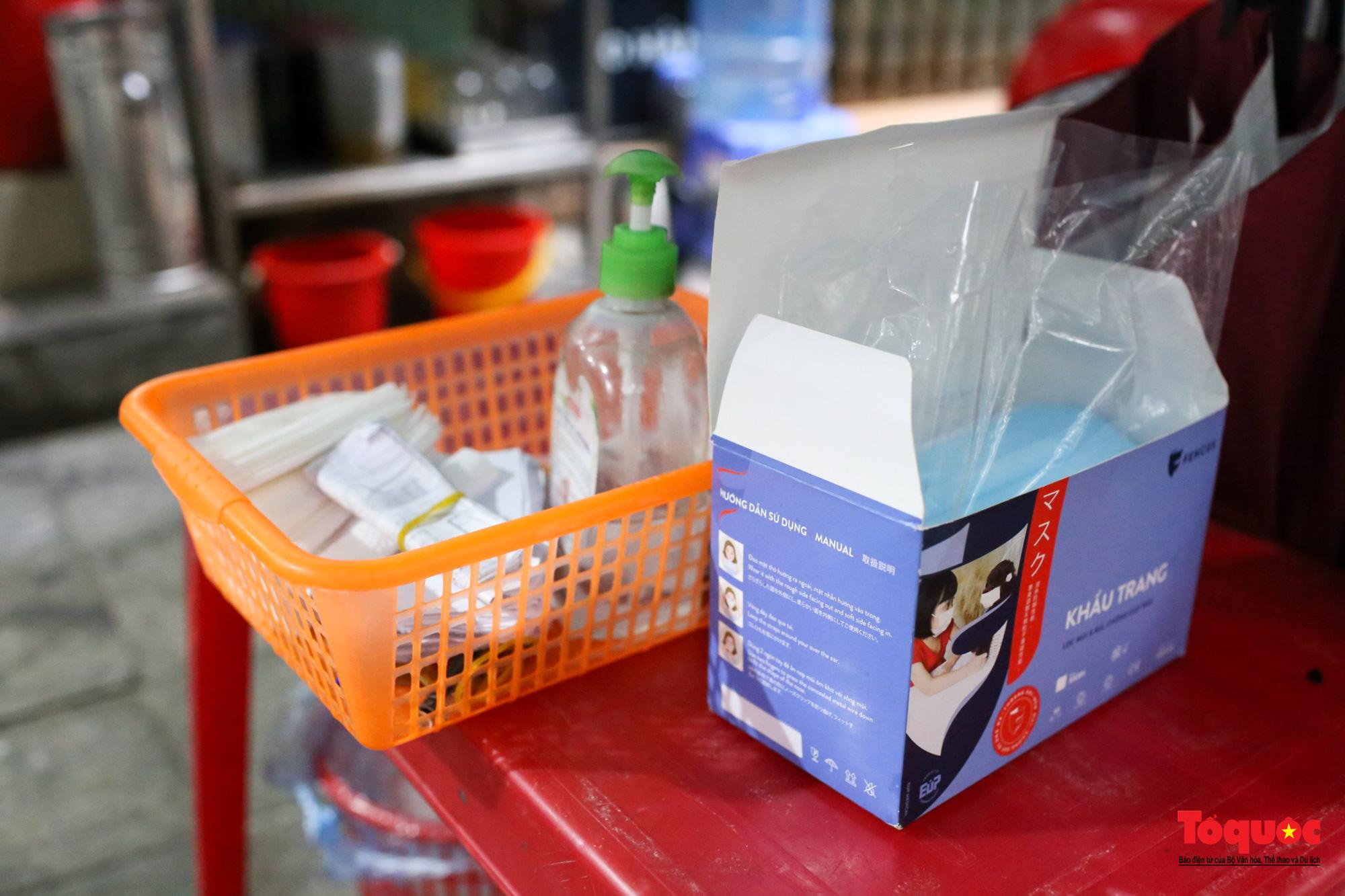 Người Hà Nội dạy sớm thưởng thức đặc sản thủ đô ngay khi hàng quán được bán hàng tại chỗ - Ảnh 15.