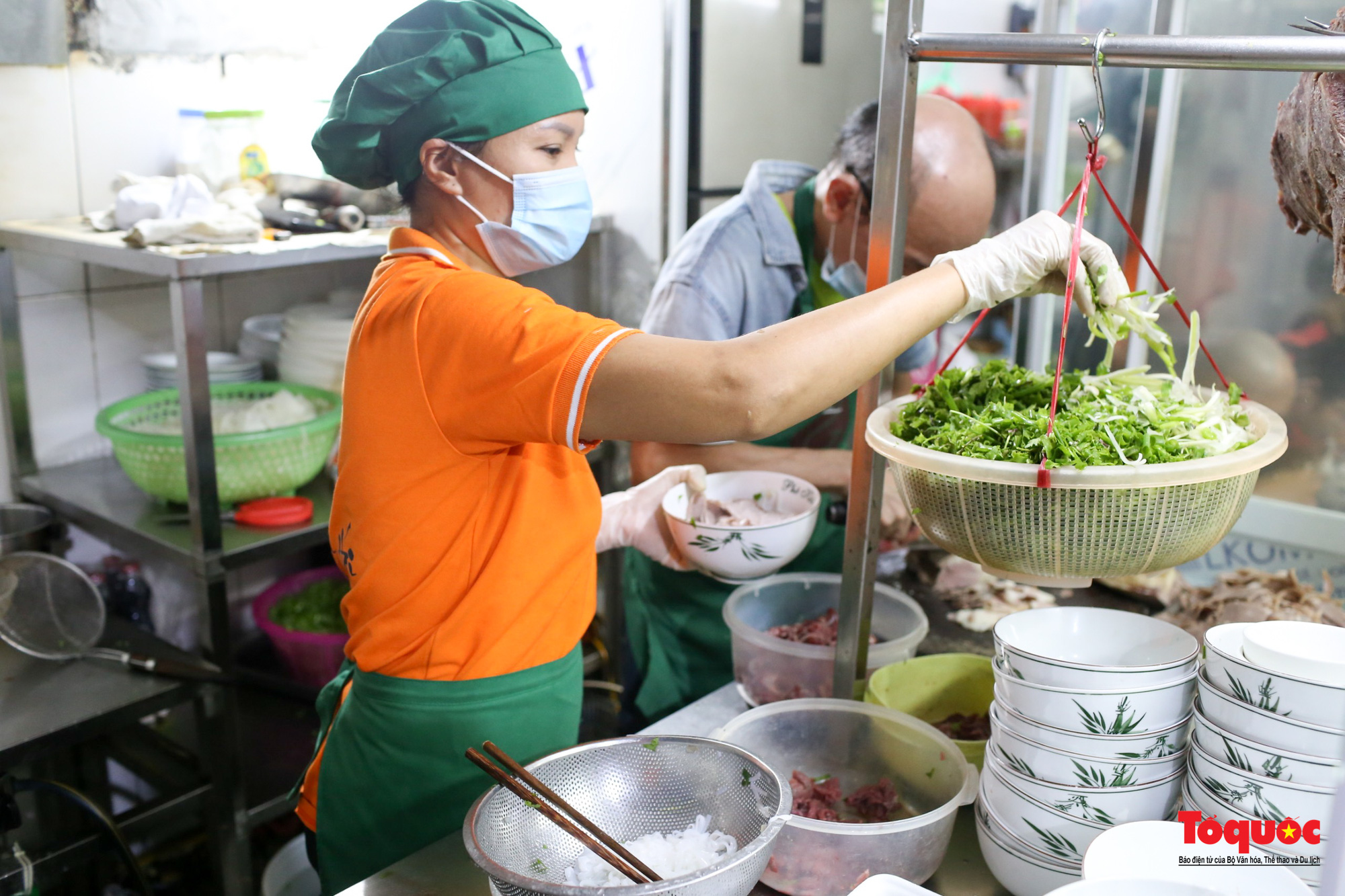 Người Hà Nội dạy sớm thưởng thức đặc sản thủ đô ngay khi hàng quán được bán hàng tại chỗ - Ảnh 2.