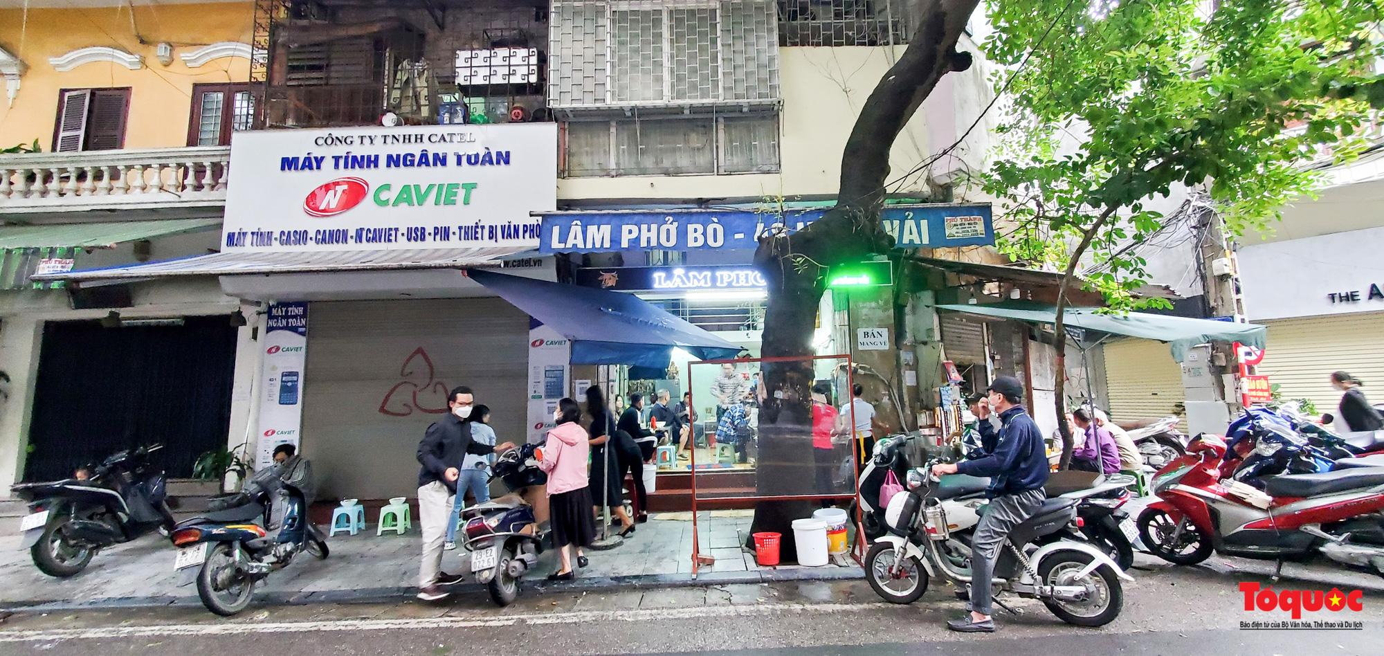 Người Hà Nội dạy sớm thưởng thức đặc sản thủ đô ngay khi hàng quán được bán hàng tại chỗ - Ảnh 1.