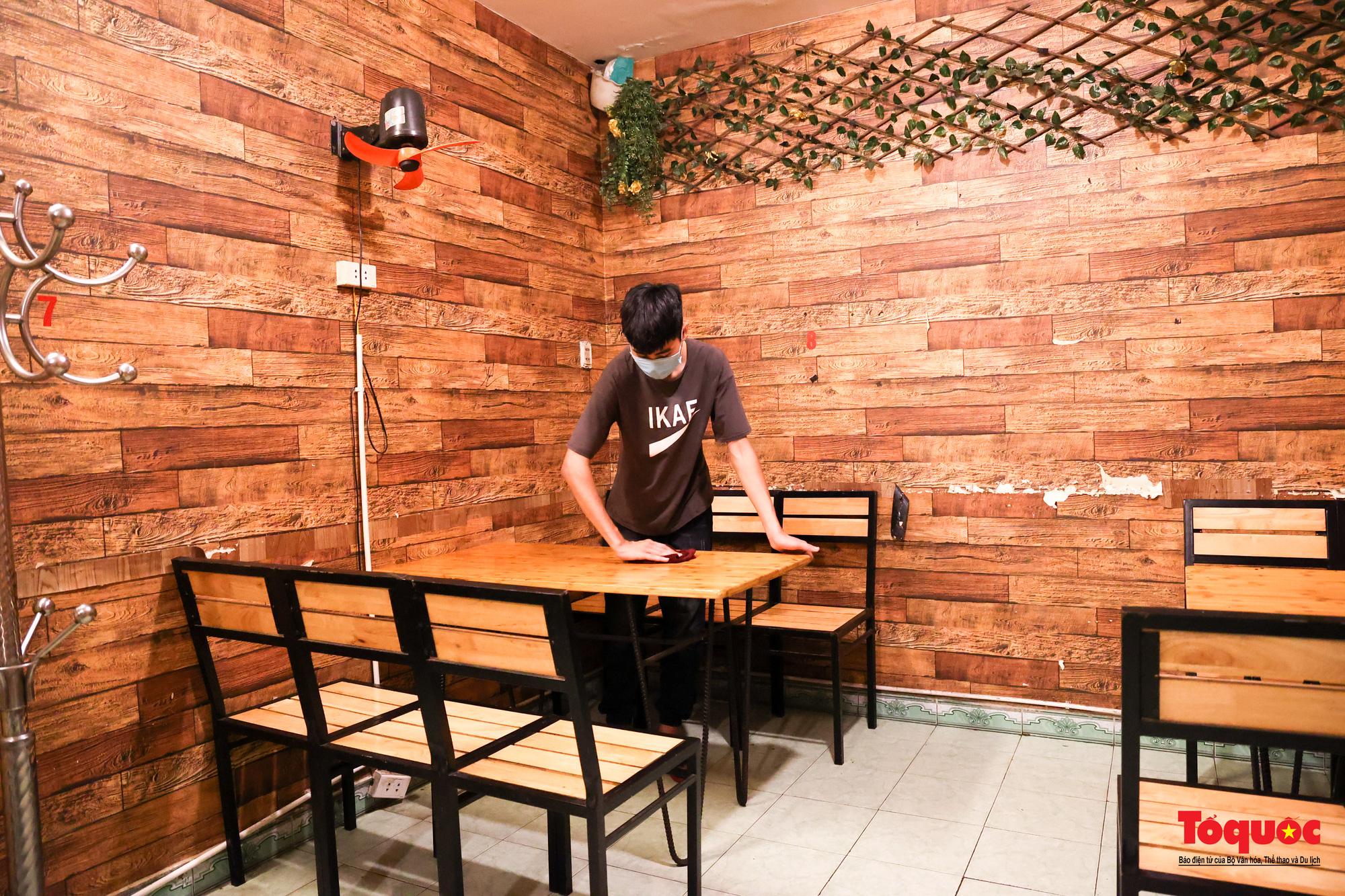 Người Hà Nội dạy sớm thưởng thức đặc sản thủ đô ngay khi hàng quán được bán hàng tại chỗ - Ảnh 12.