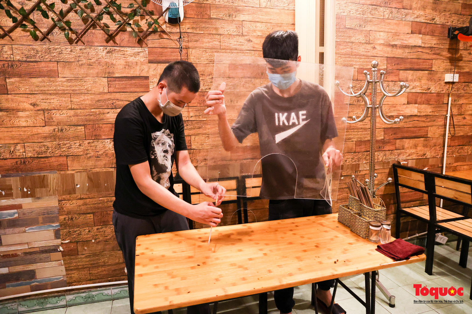 Người Hà Nội dạy sớm thưởng thức đặc sản thủ đô ngay khi hàng quán được bán hàng tại chỗ - Ảnh 13.