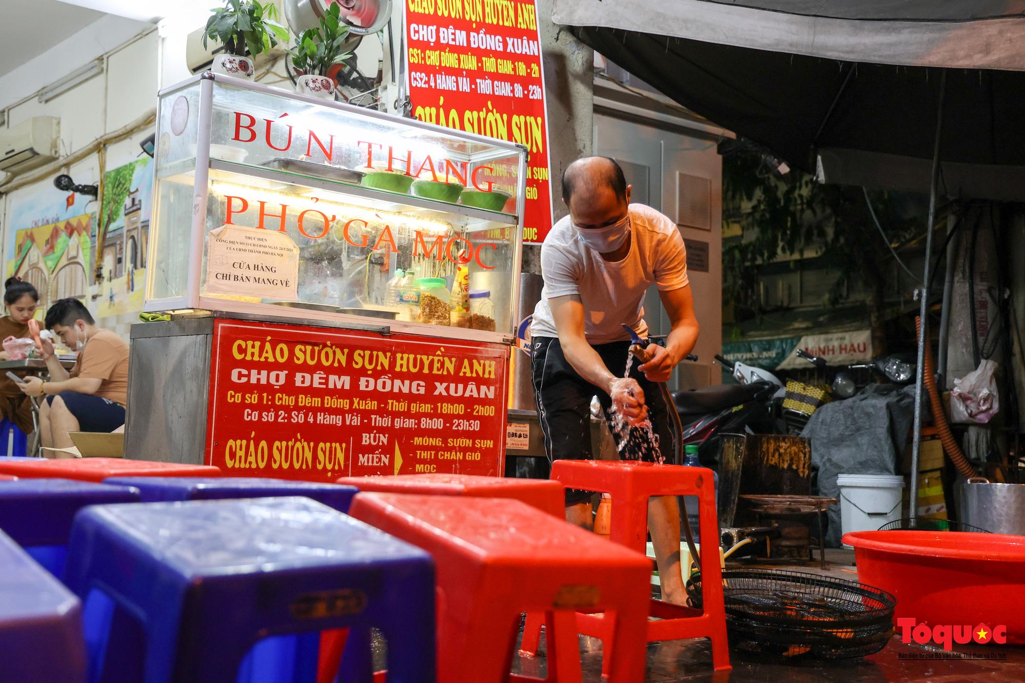 Người Hà Nội dạy sớm thưởng thức đặc sản thủ đô ngay khi hàng quán được bán hàng tại chỗ - Ảnh 9.