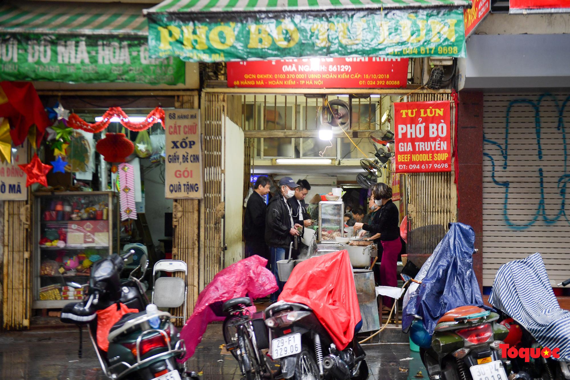 Người Hà Nội dạy sớm thưởng thức đặc sản thủ đô ngay khi hàng quán được bán hàng tại chỗ - Ảnh 7.