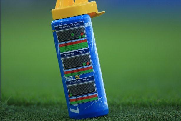 Thủ môn tuyển Anh mang thông tin đối thủ vào sân bằng cách độc đáo