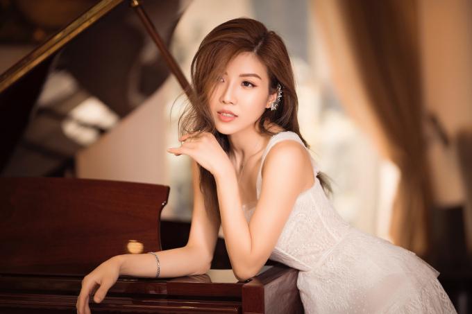 Nữ ca sĩ Việt thạo 2 ngôn ngữ, đậu đại học nổi tiếng tại Pháp, đứng đằng sau loạt hit của Hương Giang và Chi Pu - Ảnh 2.