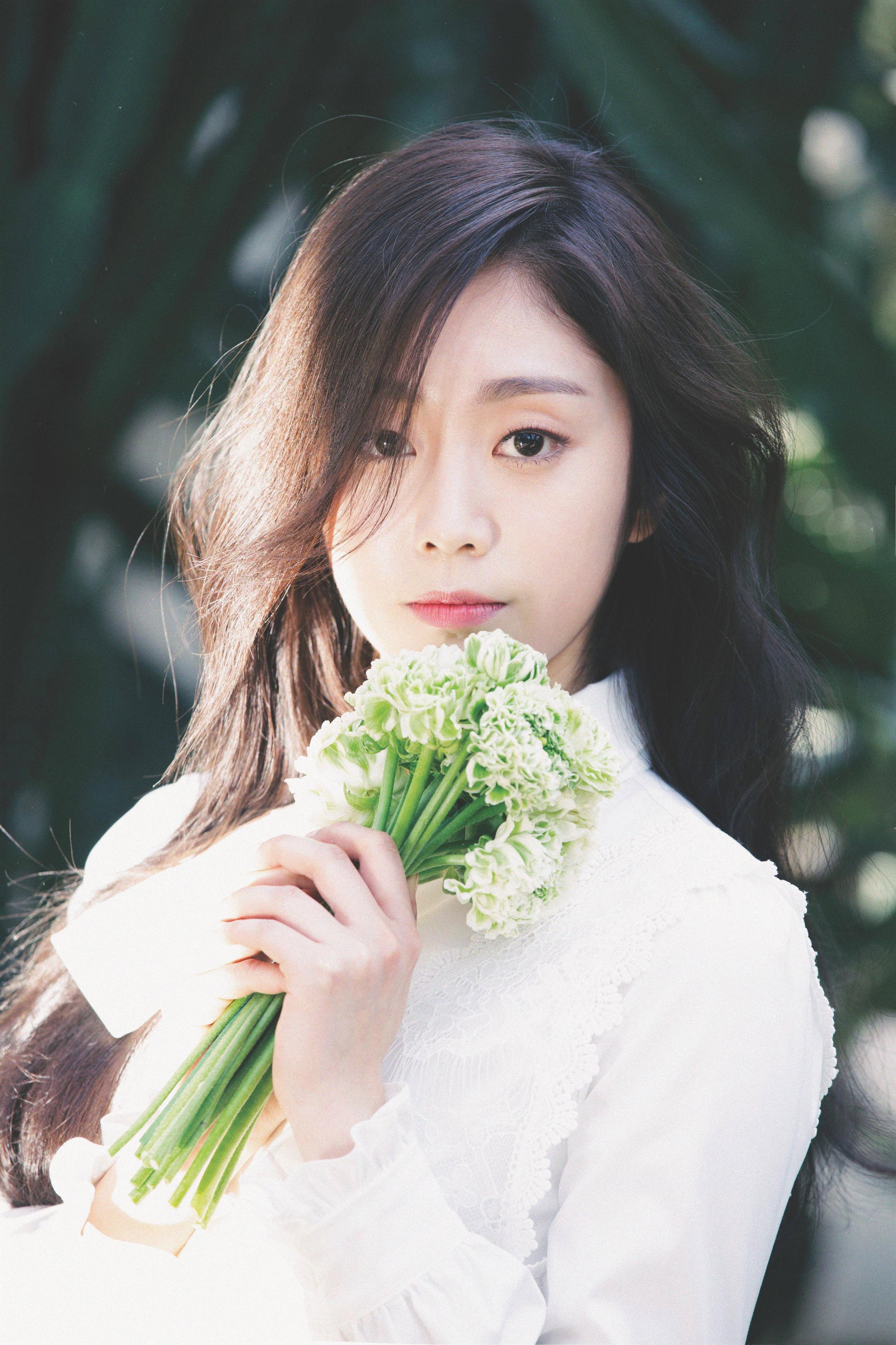 Nữ idol 'gây bão' với cơ bụng săn chắc đến phái mạnh còn e sợ, 'sốc' hơn khi nhìn sang gương mặt ngây thơ 004