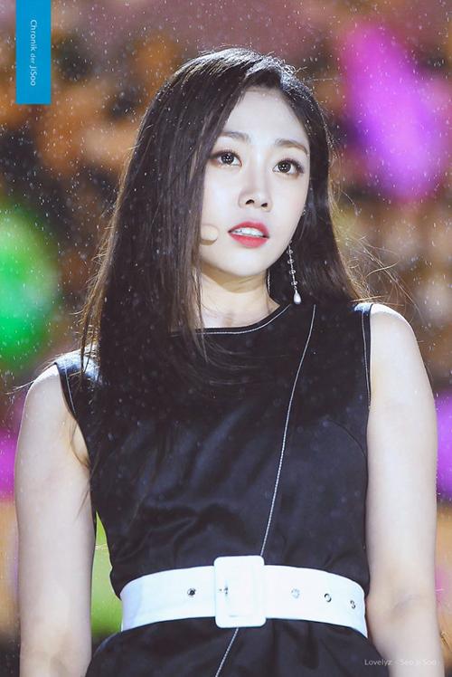 Nữ idol 'gây bão' với cơ bụng săn chắc đến phái mạnh còn e sợ, 'sốc' hơn khi nhìn sang gương mặt ngây thơ 005