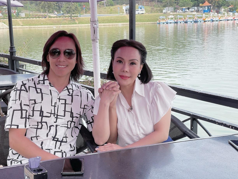 Chân dung chồng nhạc sĩ hay bị nhầm là phi công trẻ của Việt Hương 005