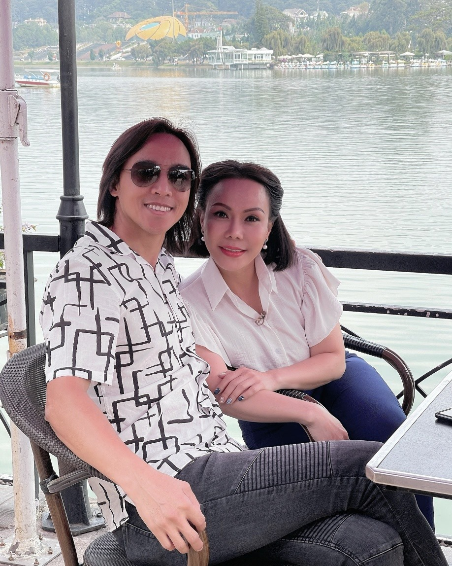Chân dung chồng nhạc sĩ hay bị nhầm là phi công trẻ của Việt Hương 006