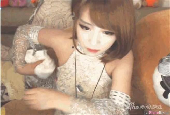 Nữ streamer xinh đẹp thản nhiên đút giấy vào ngực, tạo hình vòng một lừa người xem 002