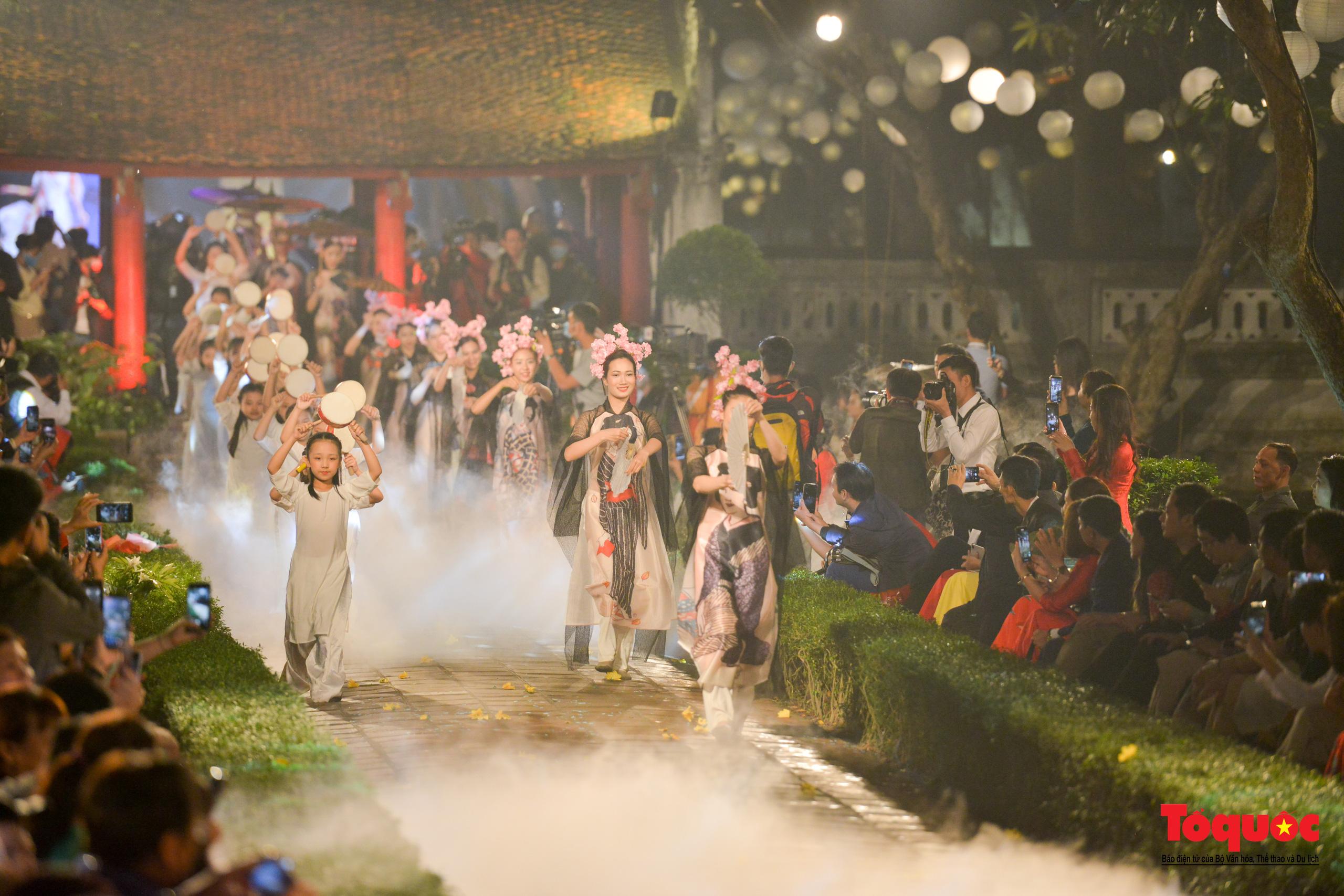 Áo dài truyền thống Việt Nam tỏa sáng tại Văn Miếu Quốc Tử Giám - Ảnh 23.