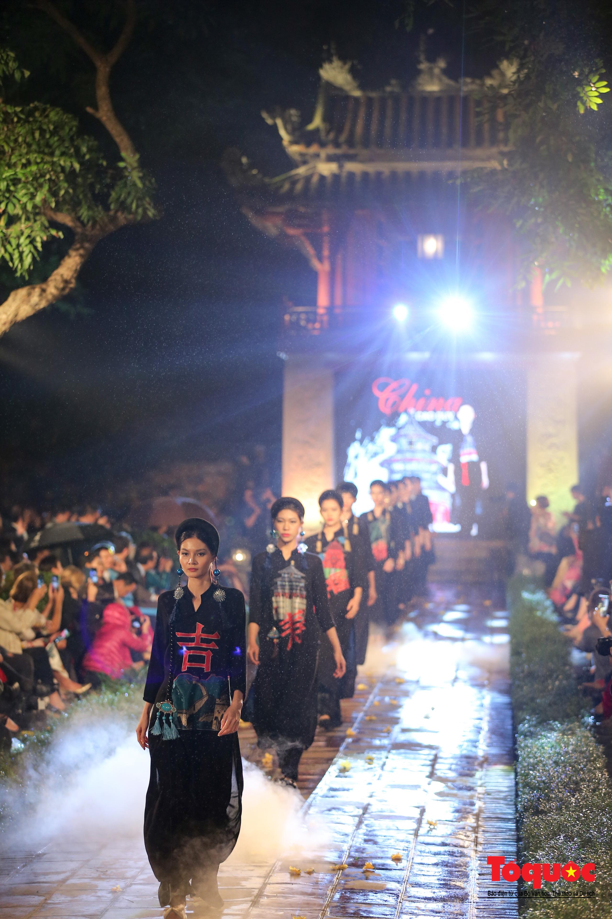 Áo dài truyền thống Việt Nam tỏa sáng tại Văn Miếu Quốc Tử Giám - Ảnh 18.