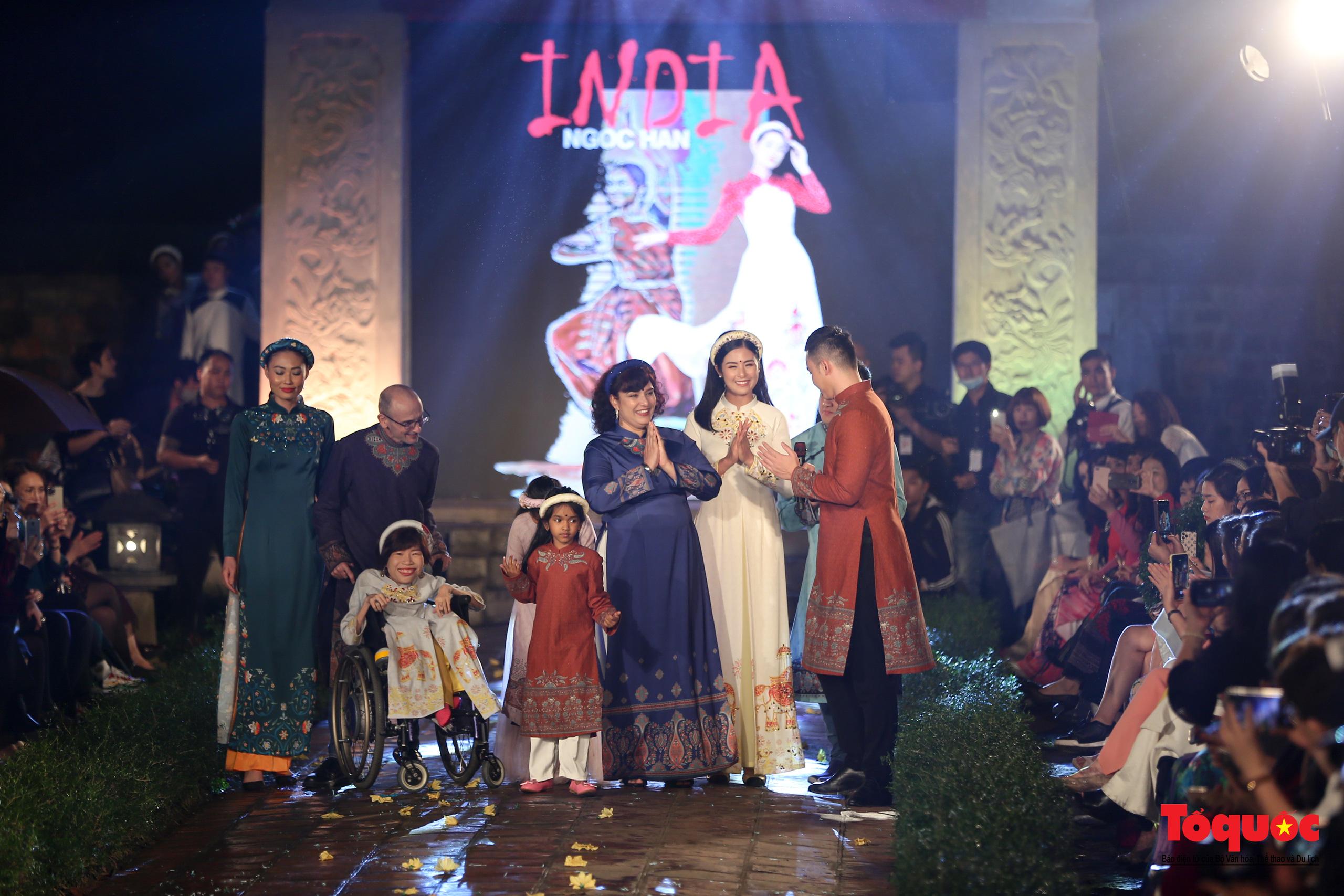 Áo dài truyền thống Việt Nam tỏa sáng tại Văn Miếu Quốc Tử Giám - Ảnh 21.