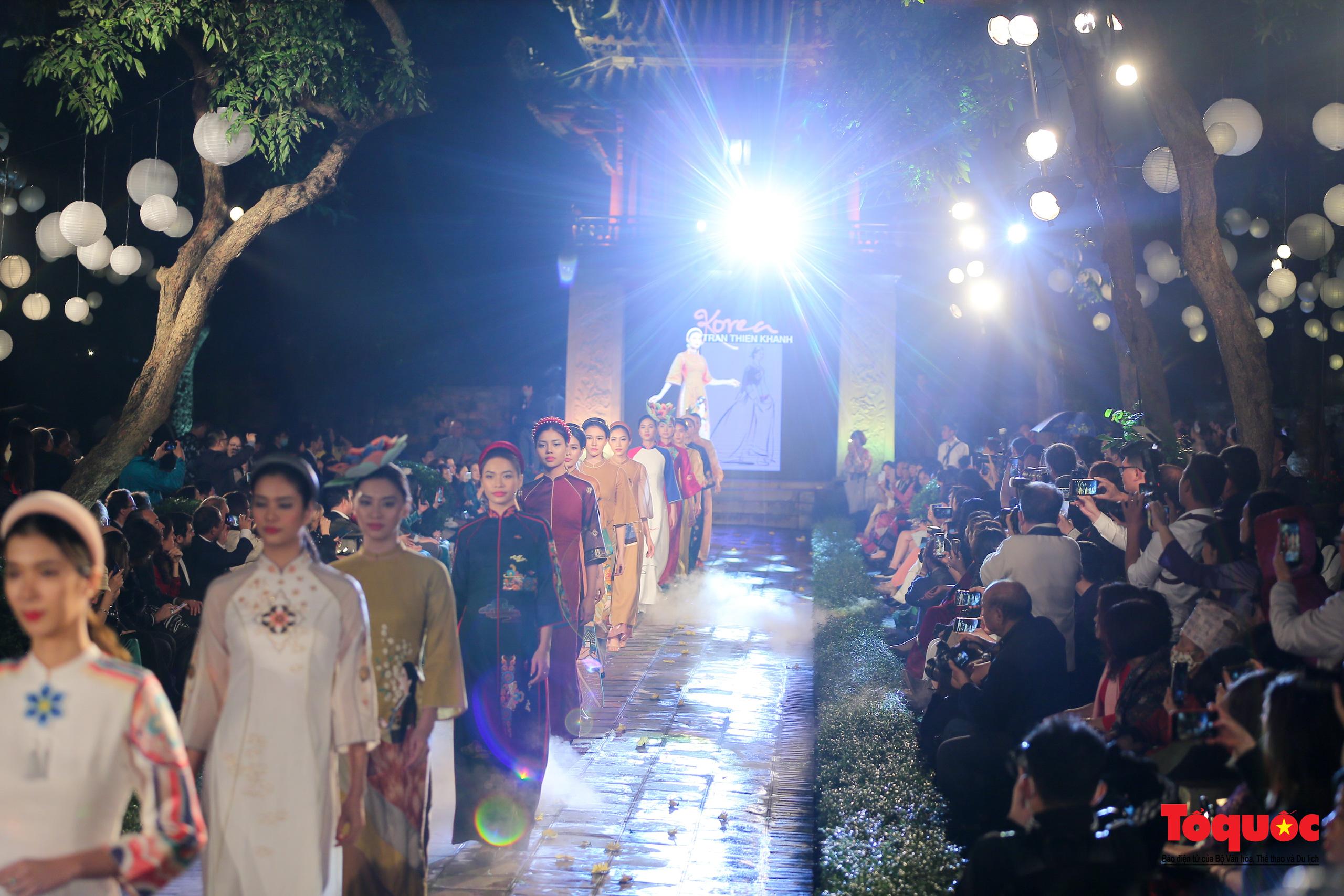 Áo dài truyền thống Việt Nam tỏa sáng tại Văn Miếu Quốc Tử Giám - Ảnh 20.