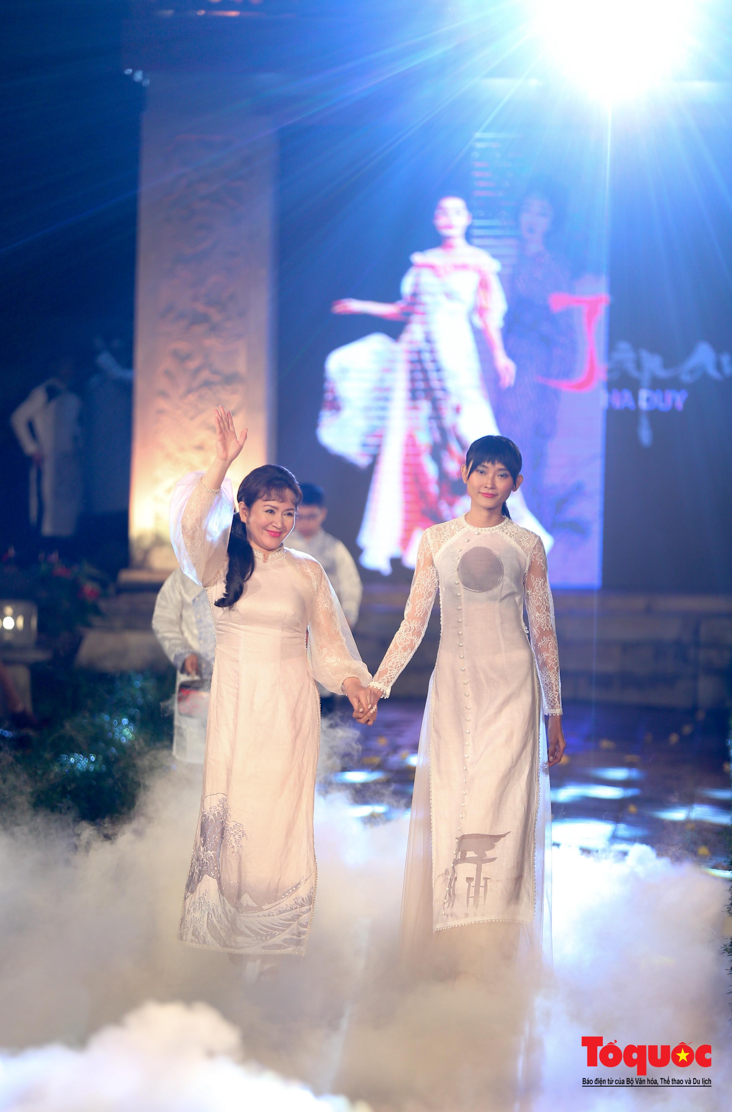 Áo dài truyền thống Việt Nam tỏa sáng tại Văn Miếu Quốc Tử Giám - Ảnh 12.